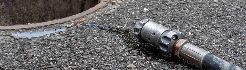 Tuyau d'arrivée d'eau posé sur le sol