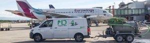 Camionnette de service avec citerne opérant à l'aéroport de Genève